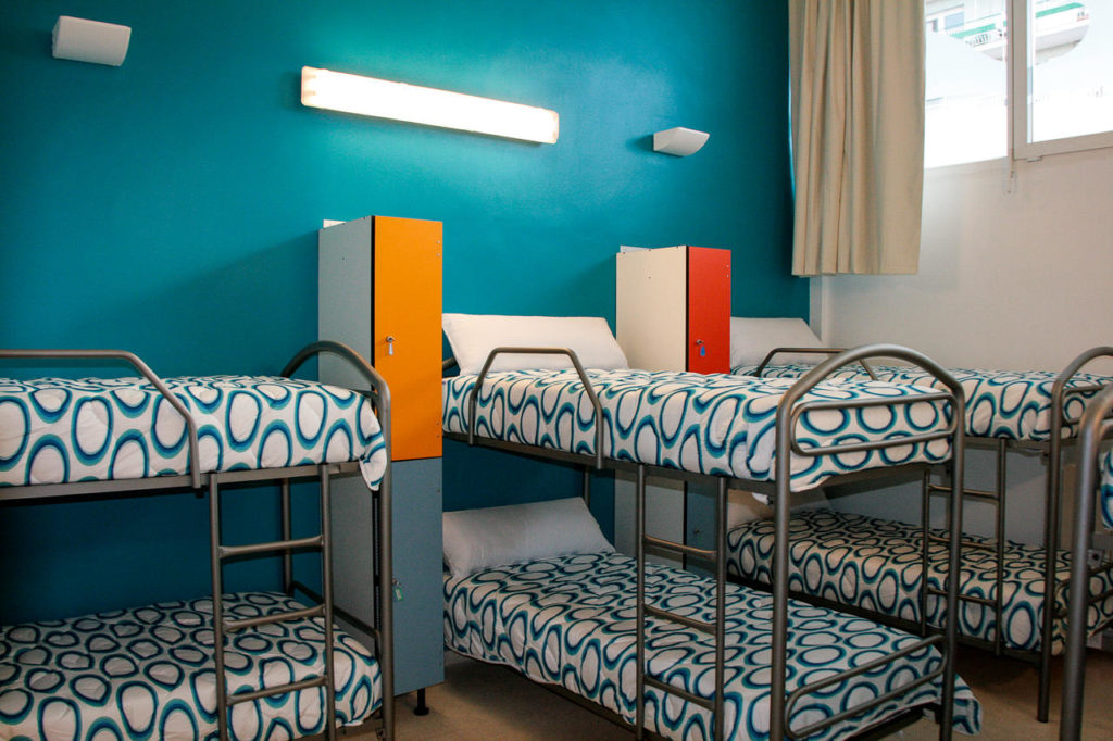 Esta imagen tiene un atributo ALT vacío; su nombre de archivo es habitacion-azul-mundaka-hostel-mundaka-1024x682.jpg