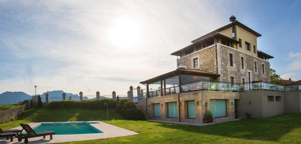 Esta imagen tiene un atributo ALT vacío; su nombre de archivo es hotel-villadesella-ribadesella-asturias-exterior-piscina-jardin-1-1024x492.jpg