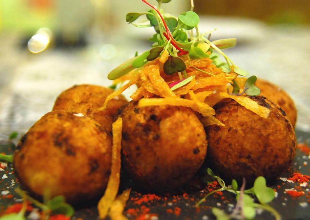 Buñuelos de bacalao. TotalFood restaurantes con menú de grupos para Navidad